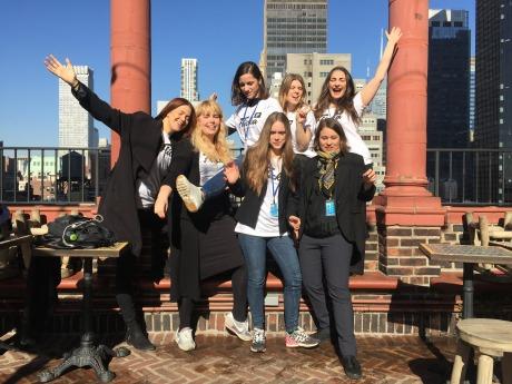 Bild på flcikaplattformens delegater som står i utomhusmiljö i New York och ser glada ut