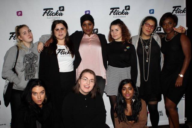 Foto: 9 tjejer poserar framför en vägg med Flickaplattformens logga