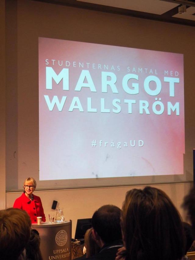 """Margot Wallström framför en stor skärm med texten """"Studenternas samtal med Margot Wallström, #frågaUD"""