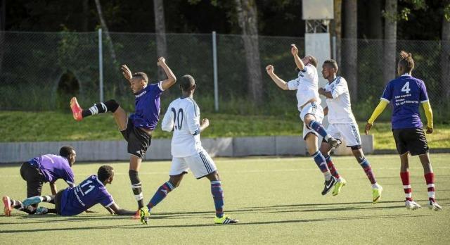 Killar som spelar fotboll