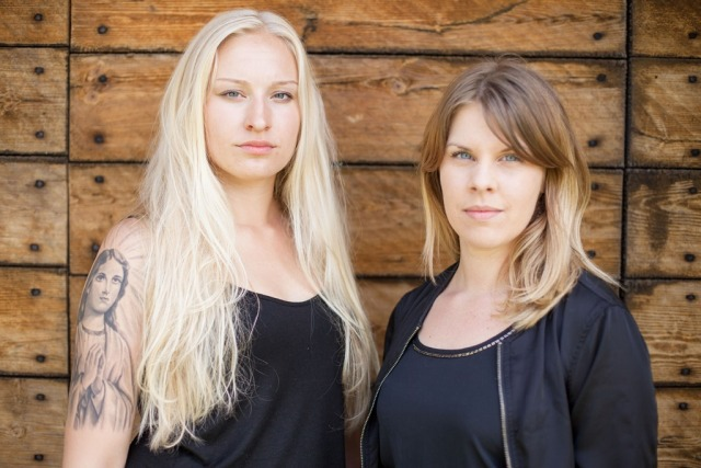 Foto: Julia står ill vänster och Emma står till höger. De tittar båda allvarligt in i kameran.