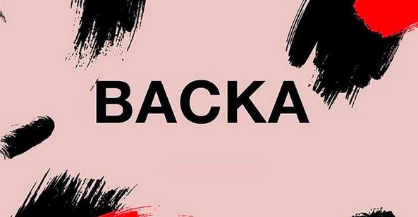 """Rosa bakgrund, svarta och röda färgstänk och svart text: """"BACKA"""""""