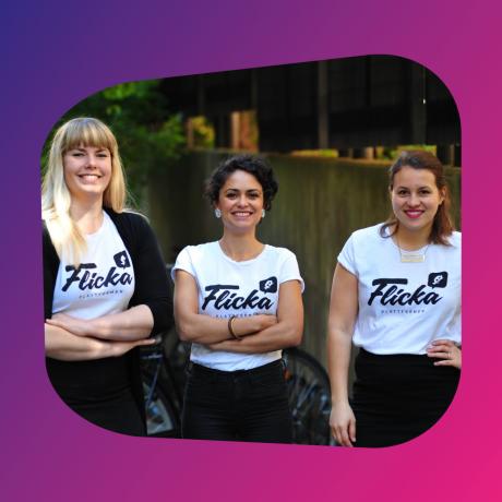 Tre personer med Flicka-t-shirts som ler